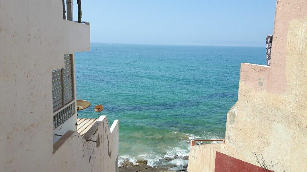 Hinter den Häusern das Meer